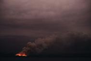 El humo de uno de los focos de los incendios de Australia se propaga, en el sureste del país.