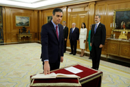 Pedro Sánchez promete su cargo ante Felipe VI.