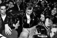 Carmen Romero toma en brazos a Pepe Espaliú en el 'Carrying' del artista, en Madrid, en 1992.