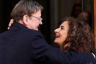 Ximo Puig se saluda con la ministra de Hacienda en funciones, María Jesús Montero.