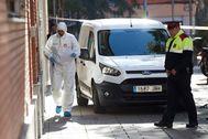 GRAF8119. <HIT>ESPLUGUES</HIT> DE LLOBREGAT (BARCELONA).- Los Mossos d'Esquadra han detenido a un hombre de 27 años acusado de matar a su mujer, de 28, y a su hija, de 3 años, en su casa de <HIT>Esplugues</HIT> de Llobregat (Barcelona), en el primer crimen machista de 2020 en España. En la foto, miembros de la policía científica en el lugar del suceso.