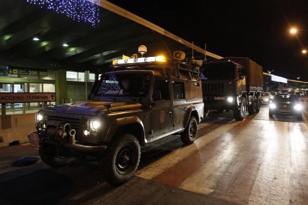 Vehículos de la Unidad Militar de Emergencias llegan al aeropuerto de Madrid-Barajas, en la madrugada del 4 de diciembre de 2010.
