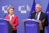 La presidenta de la Comisión, Ursula Von Der Leyen, y el jefe de la diplomacia europea, Josep Borrell, hoy en Bruselas.