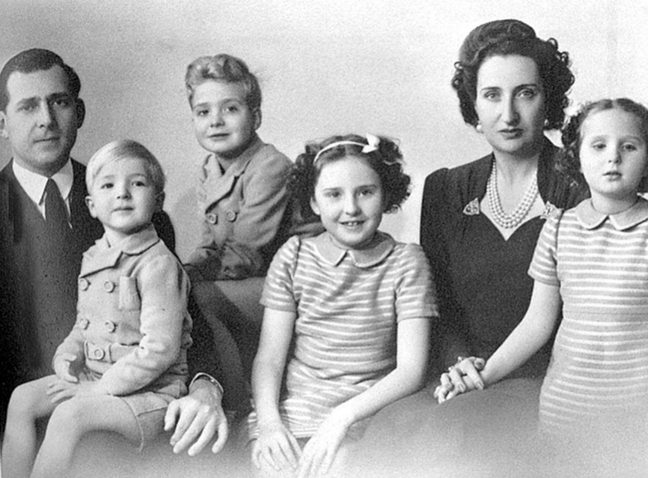 Sus padres, Juan de Borbón y María de las Mercedes junto a ella (centro de la imagen), su hermana Margarita y sus hermanos Juan Carlos y Alfonso.