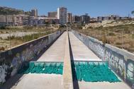 Barreras para atrapar las toallitas instaladas en Alicante.