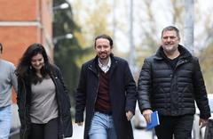 El secretario general de Podemos, Pablo Iglesias (centro), con Pablo Gentili, antes de su cese.