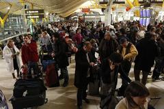Afectados por el cierre del espacio aéreo, en el aeropuerto de Madrid-Barajas, el 3 de diciembre de 2010.