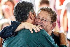 Ximo Puig abraza a Pedro Sánchez.