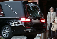 El coche fúnebre de doña Pilar. Al lado, Simoneta Gómez-Acebo, hija de la infanta.