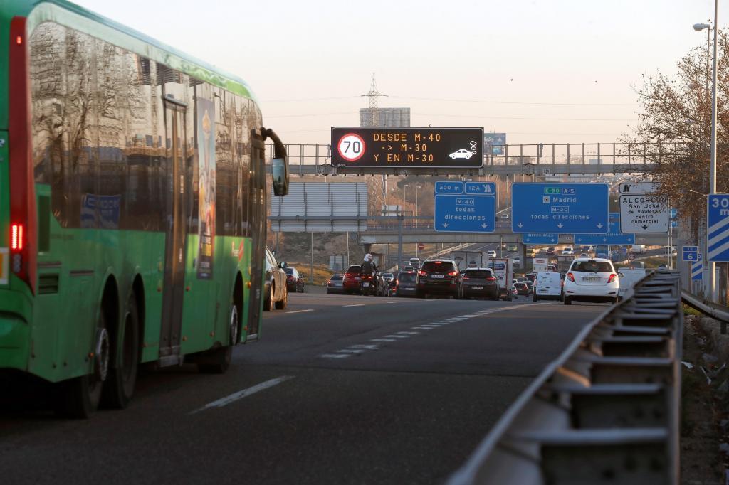Indicadores de las restricciones por la contaminación en Madrid, este jueves.