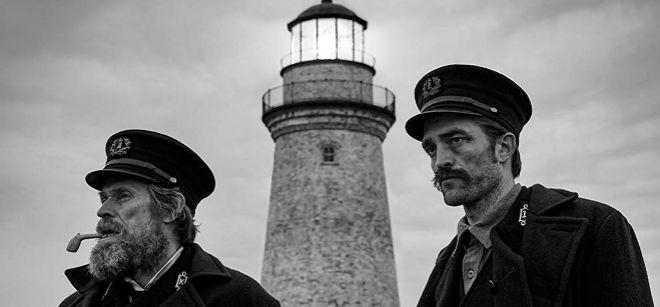 Willem Dafoe y Robert Pattinson, junto al faro que da título al filme.