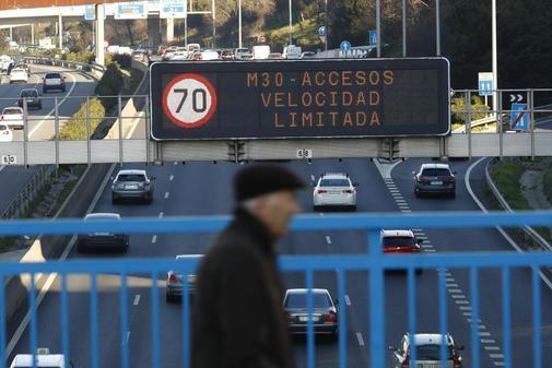 Una pantalla luminosa advierte de las restricciones de velocidad en la...