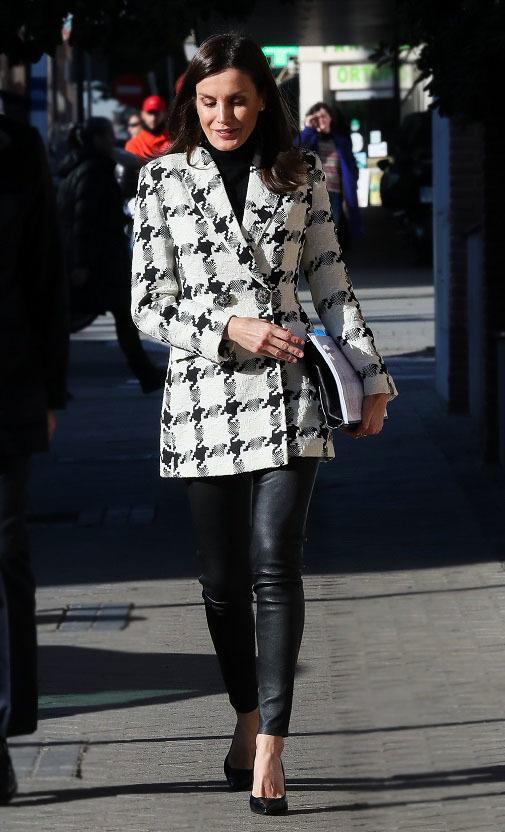 En esta ocasión Letizia ha combinado la blazer con unos pitillo de cuero.