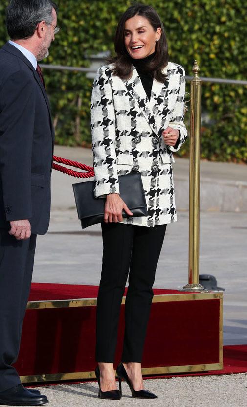 La Reina Letizia estrenó la chaqueta antes de su viaje a Cuba.
