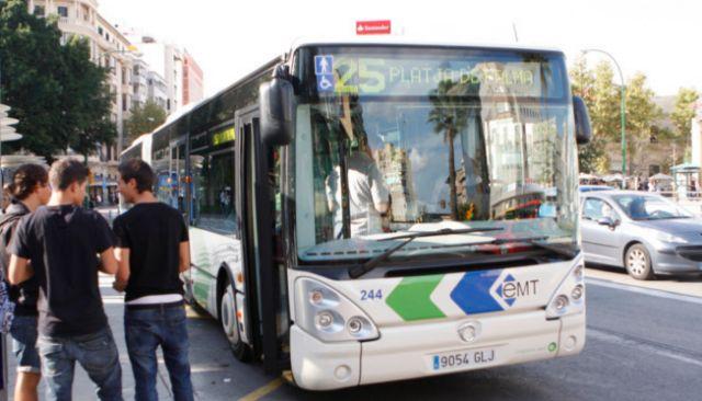 Autobús de la EMT en el centro de Palma. JORDI AVELLÀ