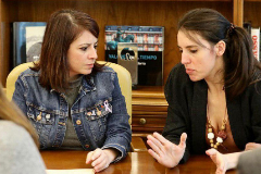 La portavoz del PSOE, Adriana Lastra (izqda.), y la de Unidad Podemos, Irene Montero, este miércoles, en la firma del acuerdo de protocolo entre los partidos.