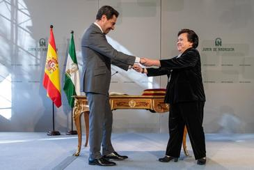El presidente de la Junta, Juanma Moreno, junto a la del Consejo Consultivo, María Jesús Gallardo.