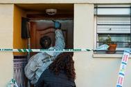 Un agente de la Policía Judicial toma huellas en la vivienda en la que se produjo la agresión.