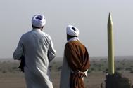Clerigos iraníes observan un ejercicio con misiles Shahab 1.