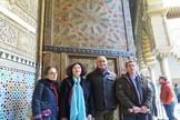El equipo de restauración y dirección del Alcázar, junto a la Puerta del Salón de la Media Naranja (Puerta de Embajadores).