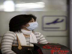 Una pasajera lleva una máscara en el aeropuerto de Shanghai.