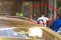 Empotran un coche en un bar para dar una paliza a un hombre en Badalona