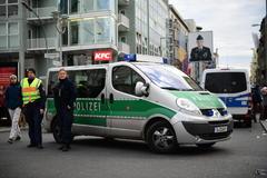 La policía alemana vigila una zona turística de Berlín, Alemania.