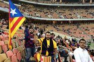 Un aficionado árabe del Barça ondea una estelada.