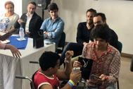 Castella entrega un regalo a un niño del hospital de Manizales bajo la atenta mirada de El Cid, Luis Bolívar, Pablo Aguado y Enrique Ponce.