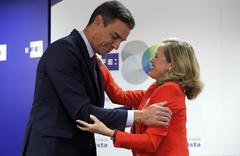 Nadia Calviño saluda al presidente del Gobierno, Pedro Sánchez, en un acto, en septiembre, en Madrid.