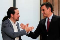 Pablo Iglesias y Pedro Sánchez, durante la firma del acuerdo de Gobierno el pasado mes de diciembre.