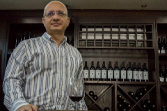 Omar Zumot, con el vino de la familia en su bodega.