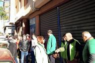 Representantes de la PAH y de Podem en la concentración de protesta por el desalojo, este jueves.
