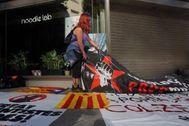 Una mujer protesta en septiembre ante la Audiencia Nacional contra las detenciones de los CDR.