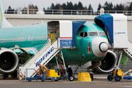 Un trabajador junto a un <HIT>Boeing</HIT> 737 MAX, en Renton (EEUU).