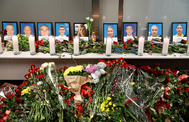 Flores y velas en homenaje a la tripulación ucraniana fallecida