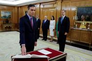 El secretario general del PSOE, Pedro Sánchez, jura como presidente del Gobierno, el 8 de enero, ante el Rey.