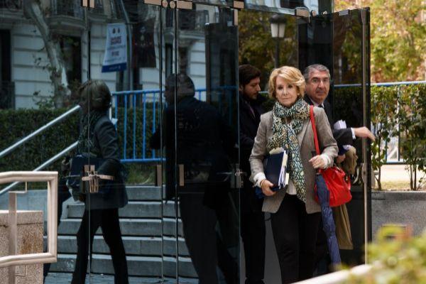 Esperanza Aguirre, a su salida de la Audiencia Nacional, acompañada...