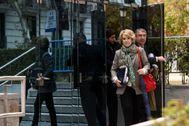 Esperanza Aguirre, a su salida de la Audiencia Nacional, acompañada de su abogado, Carlos Aguilar.