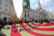 Colectivos catalanistas despliegan una bandera gigante ante la fachada del Ayuntamiento de Valencia. M