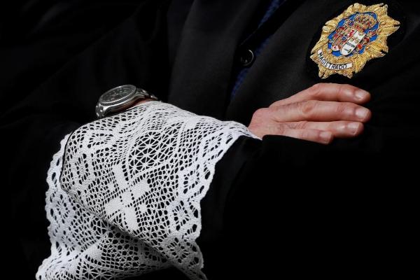 Detalle de las mangas de la toga de un juez.