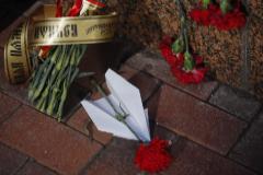 Flores y un avión de papel frente a la embajada iraní en homenaje a las víctimas del Boeing 737-800 de Ukraine International Airlines derribado en Teherán.
