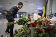 El presidente de Ucrania Volodymyr Zelensky coloca flores a los retratos de los miembros de la tripulación del vuelo PS752 de Ukraine International Airlines, derribado en Teherán