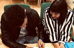 Abdel y Rebeca, firmando su unión como pareja de hecho el pasado año.