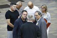 EN LA CÁRCEL CON EL LAZO AMARILLO. Amand Calderó es el responsable de las prisiones catalanas, aunque ha adaptado el nombre de su cargo a esta época 'soft': «secretario de Medidas Penales, Reinserción y Atención a la Víctima». Él será quien firme la sanción al molesto funcionario de Lledoners. En la foto, con gafas y lazo amarillo, en compañía de Torra, visitando a Carme Forcadell en la cárcel de Mas d'Enric.