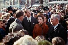 La reina Isabel y su madrido Felipe de Edimburgo visitan Aberfan en octubre de 1966. el pueblo galés que sufrió una tragedia al ser sepultado por toneladas de carbón