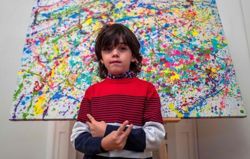 El artista alemán Mikail Akar, de 7 años de edad, posa delante de...