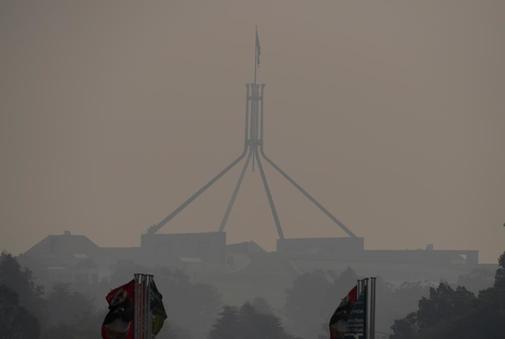 Una neblina de humo se cierne sobre la Casa del Parlamento en...