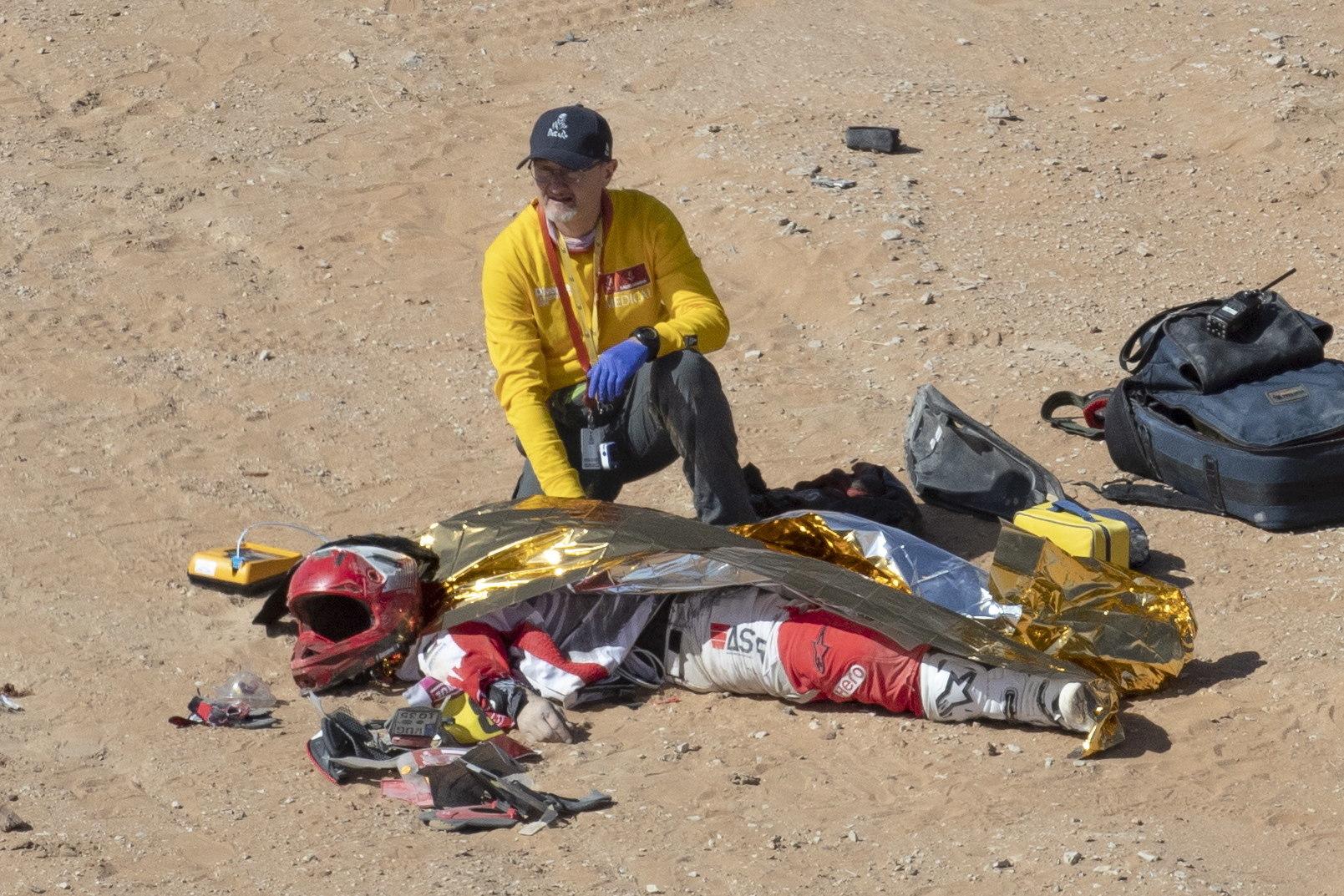 Wadi Al Dawasir (Saudi Arabia), 18/12/2019.- A medic kneels next to Portuguese rider Paulo <HIT>Goncalves</HIT> after a crash during stage seven of the Rally Dakar 2020 between Riyadh and Wadi Al-Dawasir in Saudi Arabia, 12 January 2020. The Portuguese veteran motorcyclist has died in the crash. (Arabia Saudita) EPA/