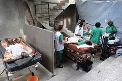 Médicos de Médicos sin Fronteras atienden a varios pacientes en Haití.